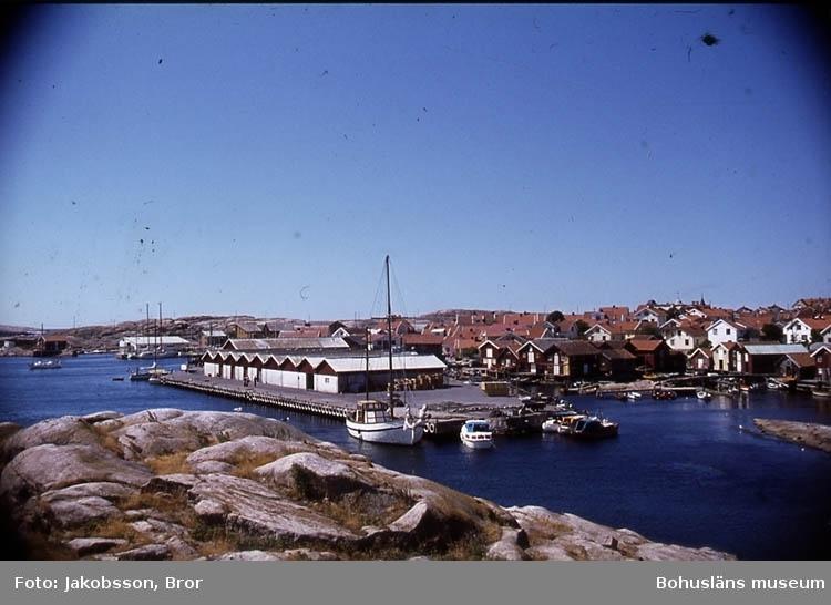 """""""Smögen hamn med fiiskeauktionshallarna""""."""