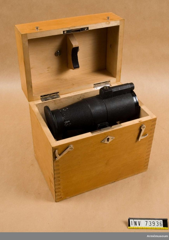 Grupp F.III. Samhörande: Batteri i låda och stativ med fodral.