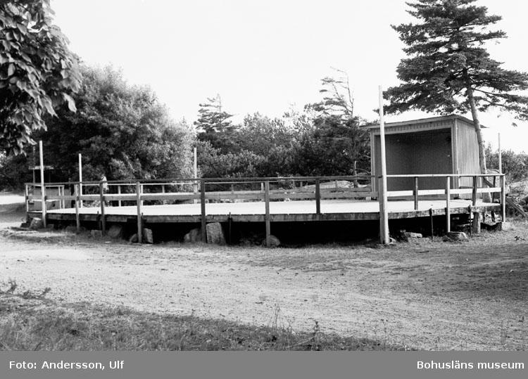 """Bohusläns samhälls- och näringsliv. 2. STENINDUSTRIN. Film: 46  Text som medföljde bilden: """"Festplatsen - Dansbana med Folkets Hus i bak. Aug. 1977."""""""
