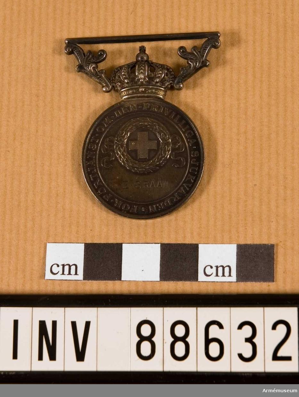 Förtjänstecknet tilldelat E. Gråå. Medaljen låg i käppi AM 88628.