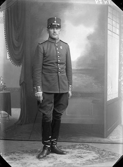 """Enligt senare noteringar: """"Ateljéfoto. Sergeant vid infanteriet. Riduniform m/ä"""""""