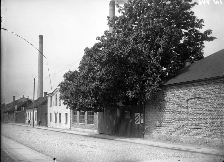 """Enligt tidigare noteringar: """"Extriör Uddevalla. Tändsticksfabrik, fasaden längs Kungsgatan. I det större vita huset fanns det s.k. ångkoket, där anställda kunde erhålla lagad mat billigt."""""""