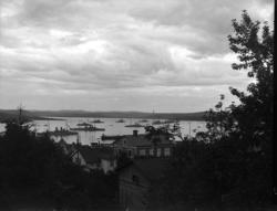 """Enligt tidigare noteringar: """"Vy över fjord med krigsfartyg."""""""