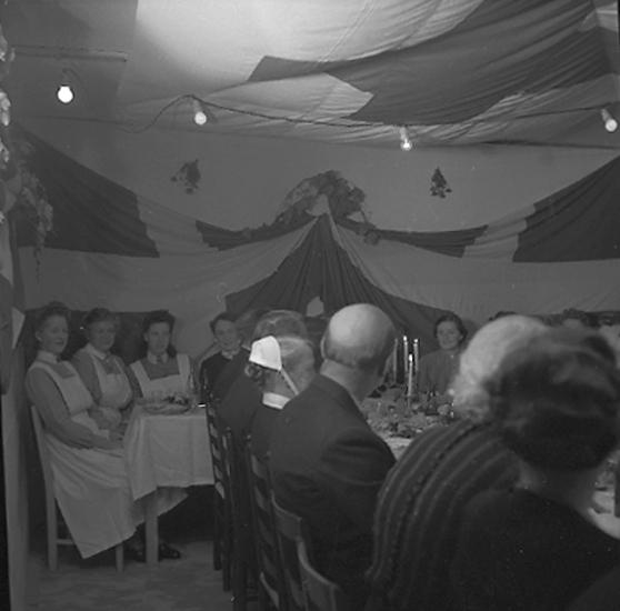 """""""Sjukhuset. Syster Annie, Avskedsmiddag. 1945.10.04"""" lyder texten till fotot."""