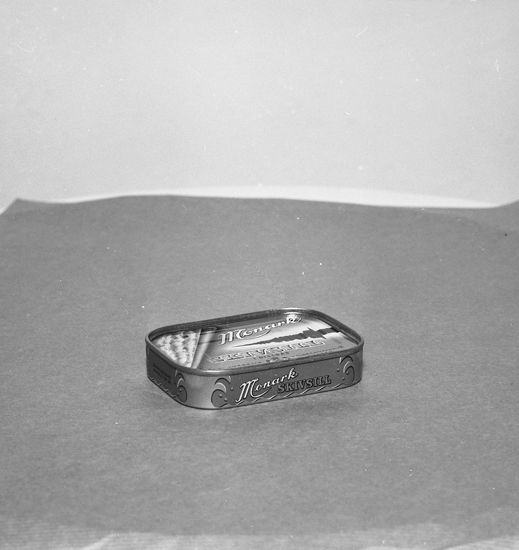 "Text till bilden: ""Lysekil. Katalogfotografering. AB Lysekils konservfabrik. Burkar. 1957"""
