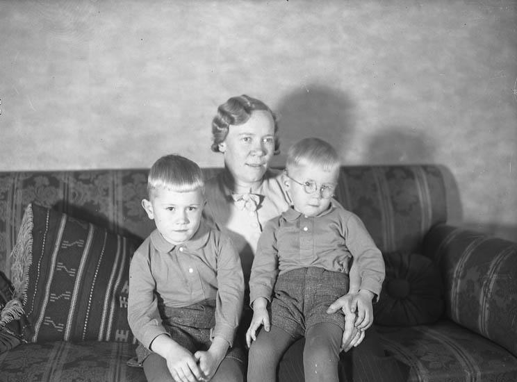 """Text till bilden:""""Dr. Ringerby med barn""""."""