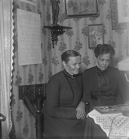 """Enligt senare noteringar: """"Mormor och A. Jansson från Ljungskile. Taget i mitt rum, 26/12 1915."""""""