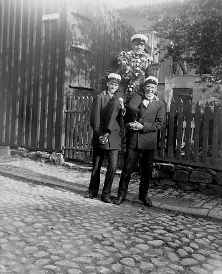 """Enligt senare noteringar: """"Ego efter studentexamen på Palmqvists och Hugo Anderssons axlar. Taget utanför porten, 6/6 1916."""""""