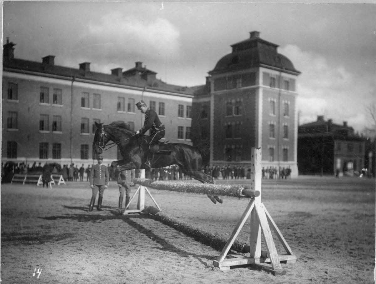 """Carl Emil Otto Trägårdh, här som löjtnant vid Kronprinsens husarer, beriden på """"Strix"""" under banhoppning på K I kaserngård under hästutställningen i april 1901."""