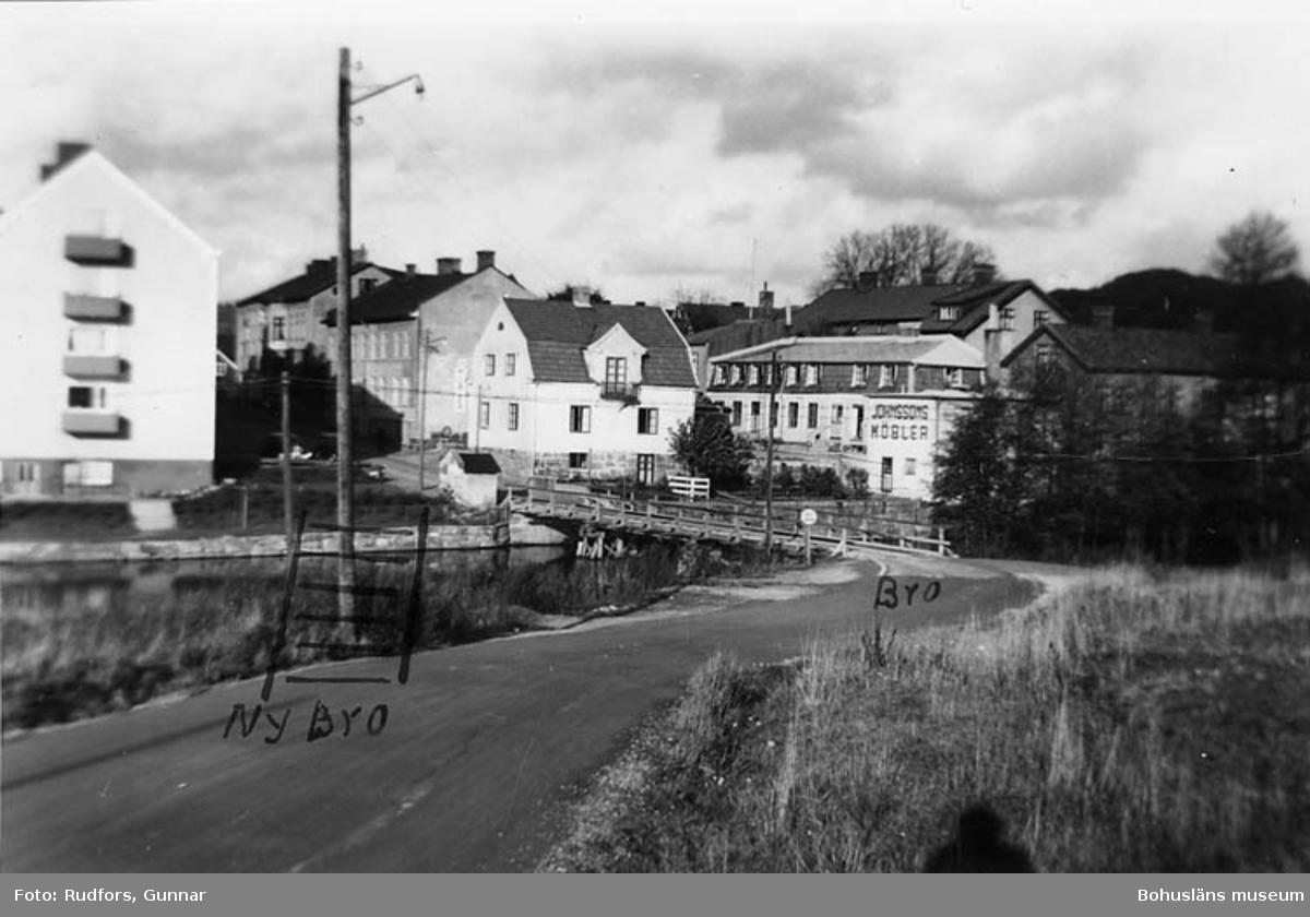 """""""Bron för smal och vägkröken för skarp efter den gamla tomtindelningen."""""""