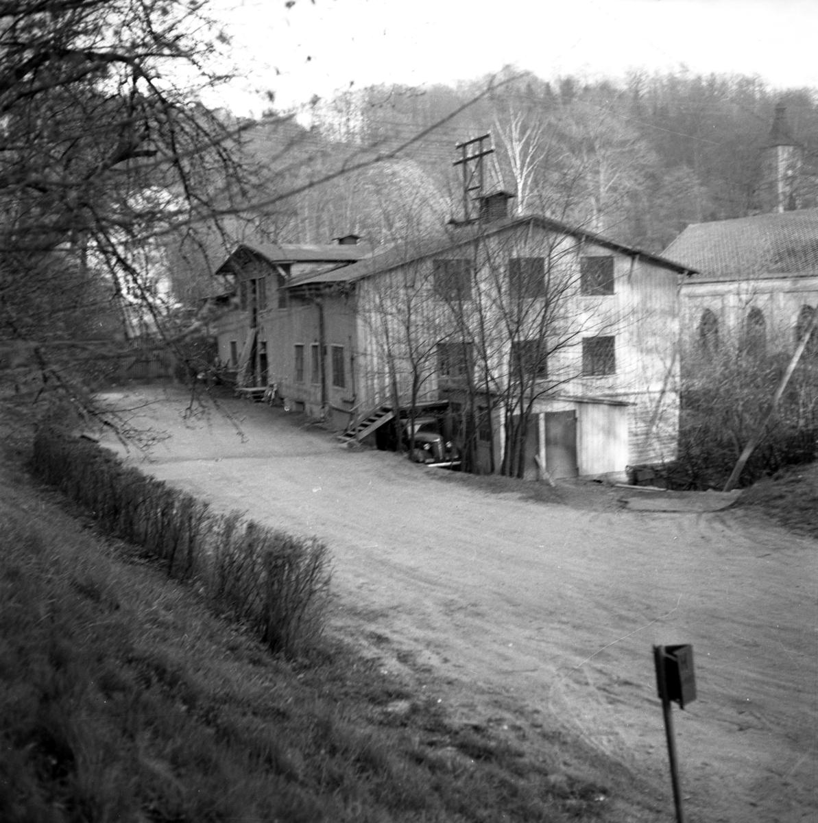 Kvarnen längst ner i Ådalsfallet i Huskvarna och byggnaden bakom kvarnen den år 1914 uppförda kraftstationen.