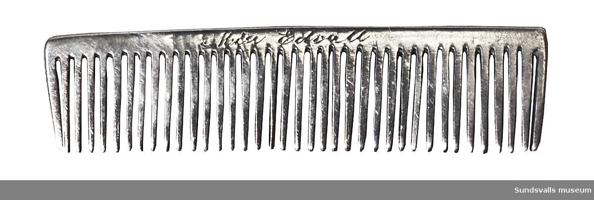 Kam i silver. Graverad inskription 'Mia Edvall'. Stplr: ?B, Sundsvall 1871.
