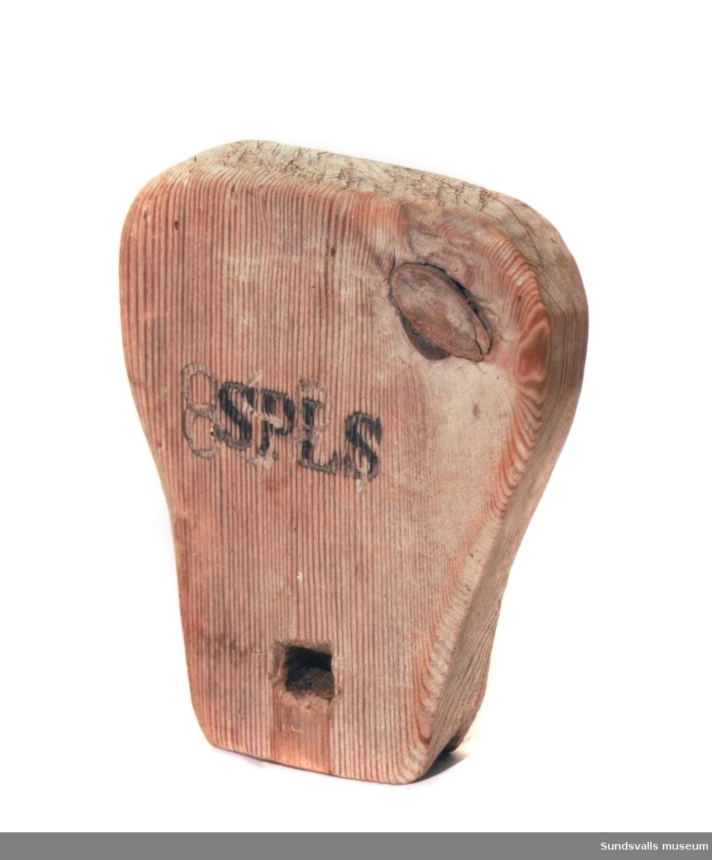 Flöte med initialerna 'SPIS' inbrända på båda sidor över tidigare inristning. '1858' på ena sidan.