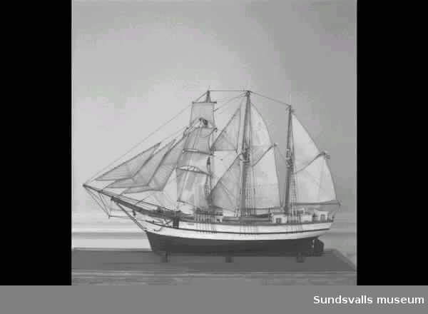 C. F. Ivers är en 3-mastad mycket detaljrik modell som står i fulla segel.