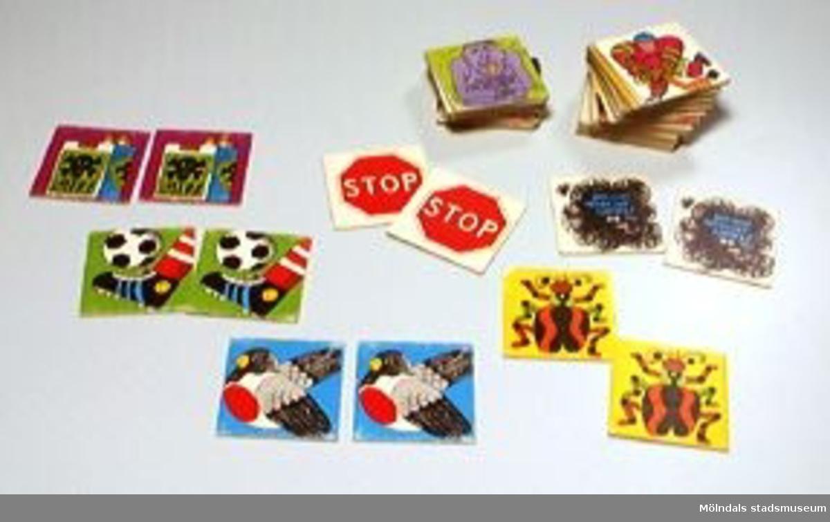 """Spelbrickor med olika motiv, i dubbla upplagor. 68 stycken brickor, dvs 34 par. Bl a med texterna: """"Spola kröken"""" och  """"Den som röker ser sämre"""".Baksidan av pappersbrickorna är gula. Förvaras i brun plastlåda, med en etikett på märkt: """"Antidrog-memory""""."""