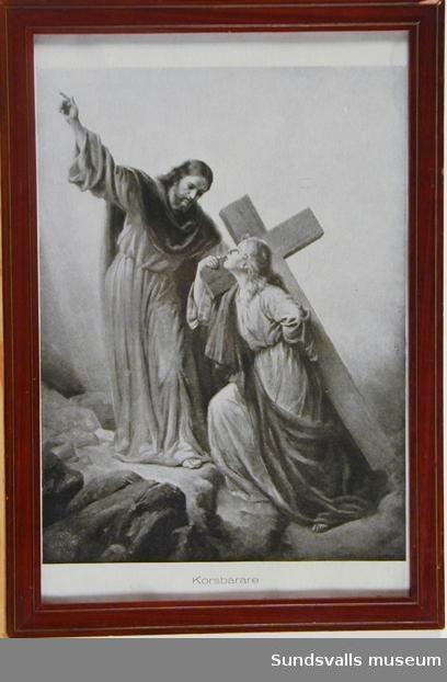 Bilden visar en kvinnlig korsbärare med en mansgestalt bredvid. Under bilden står titeln 'Korsbärare'.