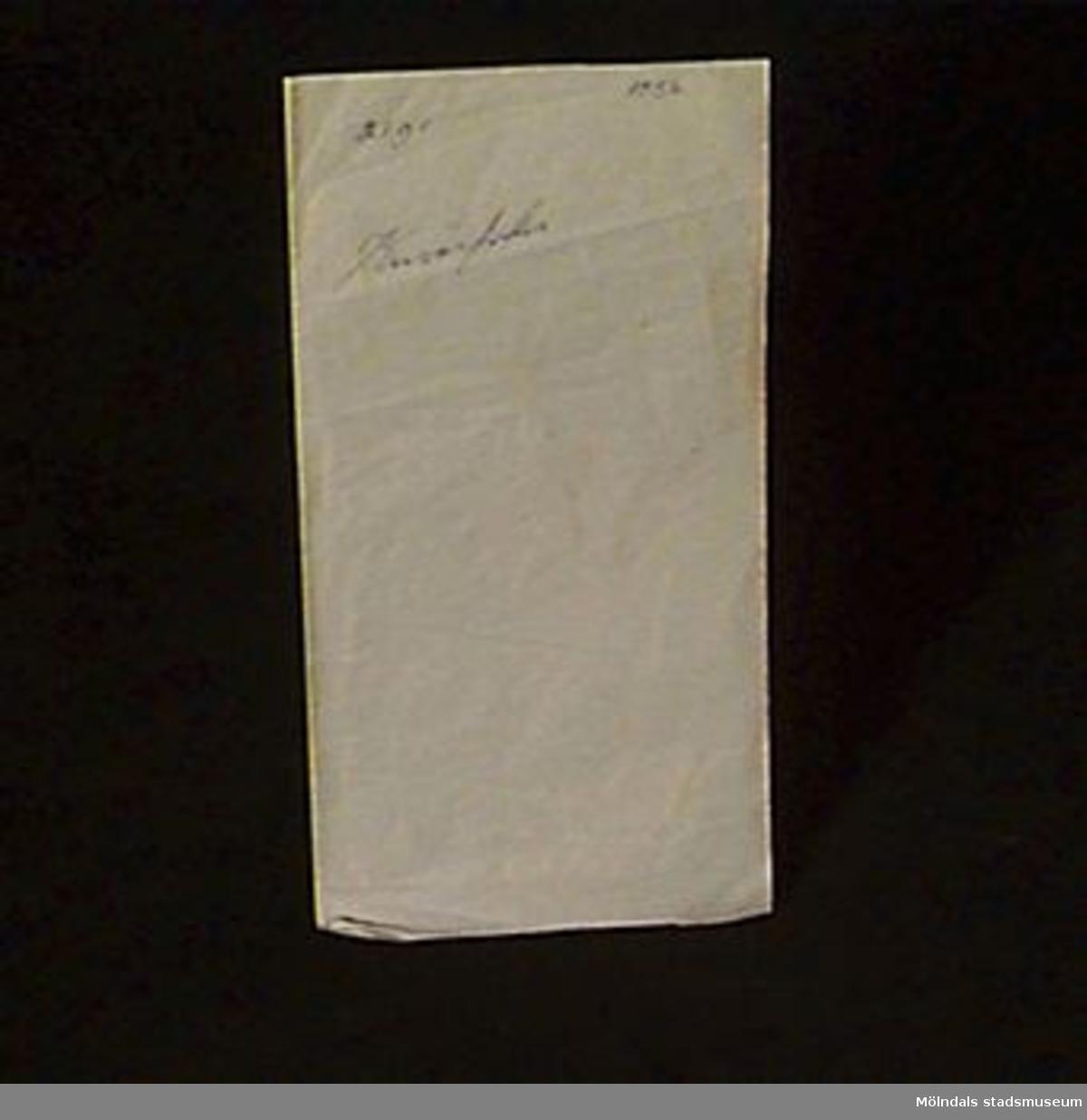 """Grått ark för kuvertfoder. Märkt med årtal (troligen) och produktsort och """"21 gr"""" skrivet i bläck.Litteratur: Papyrus 1895-1945, Minnesskrift, Esseltes Göteborgsindustrier AB, Göteborg 1945."""