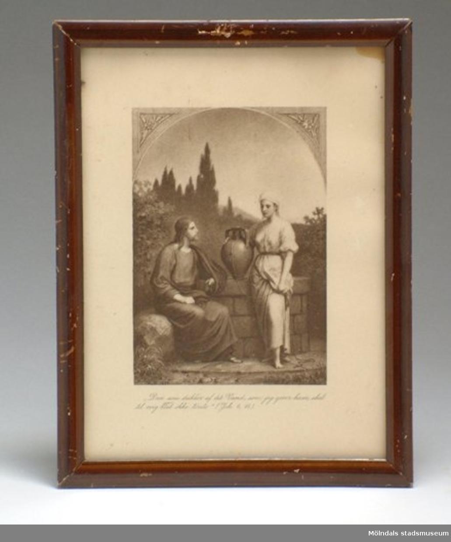 """Bilden föreställer Jesus och kvinnan vid Sykars brunn. Under bilden står: """"Den som drikker af det vand, som jeg giver ham, skal til evig Tid ikke törste"""" (Joh. 4, 14)."""