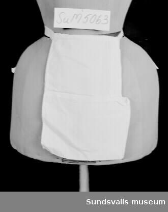 Näsduksväska av vitt bomullstyg med knytband att fästa runt midjan.Enligt anteckning har väskan tillhört 'A som hade hösnuva'.