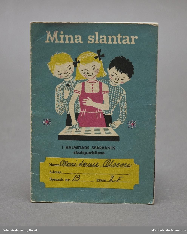 """""""Mina slantar"""", skolsparbanksbok i Halmstads Sparbanks skolsparbössa. """"Sparslanten"""" uppmanade barn i lågstadiet att spara varje slant som de kunde avstå, sätta upp ett önskemål och anteckna nogrannt varje insatt krona och öre."""