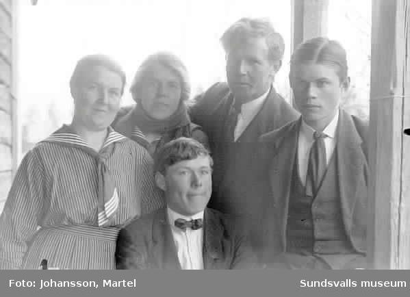 Grupporträtt, ev syskonen Persson.