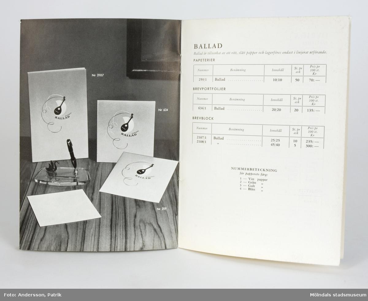"""Tunn katalog med pappärmar. Pärmarna är blågrå i två toner med texten: """"Katalog och prislista för papeterier, Aktiebolaget Papyrus"""", samt Papyrus emblem med sfinx på fundament.På första sidan finns en kort presentation över Papyrus verksamhet, därefter följer bild, kort beskrivning och pris över tre papeterier (Comtesse, Sonata och Ballad). På sista sidan finns en lista med priser på övriga produkter, indelade i kategorierna """"Papeterier"""", """"Brevportföljer"""", """"Brevblock"""" och """"Kassetter""""."""
