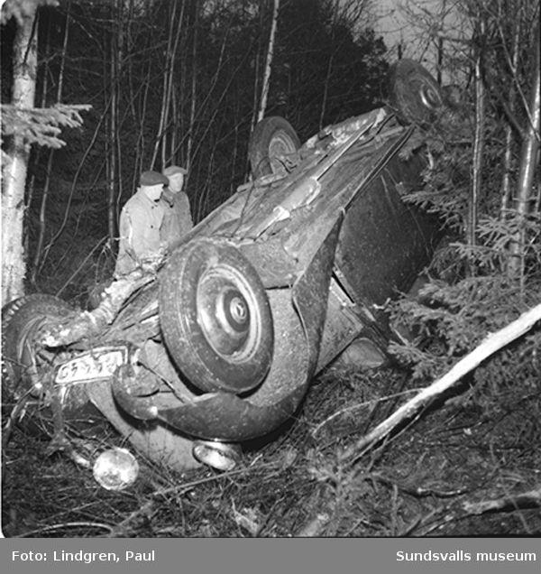 Bilolycka, bil har kört av vägen och voltat.