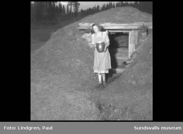 Reportage från Stöde. Kvinna hämtar kruka från jordkällare, serververar frukost till man i sängen, damer spelar sällskapsspel.