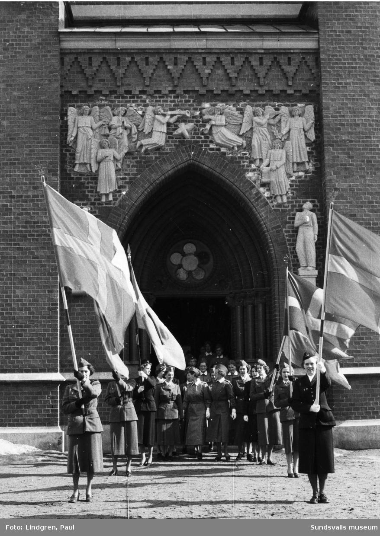 Lottakårsjubileum på Knaust. Parad med fana utanför Gustav Adolfskyrkan.