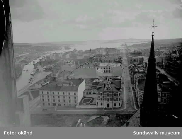 Vy från kyrktornet, Kyrkogatan och Skolhusallén i förgrunden.