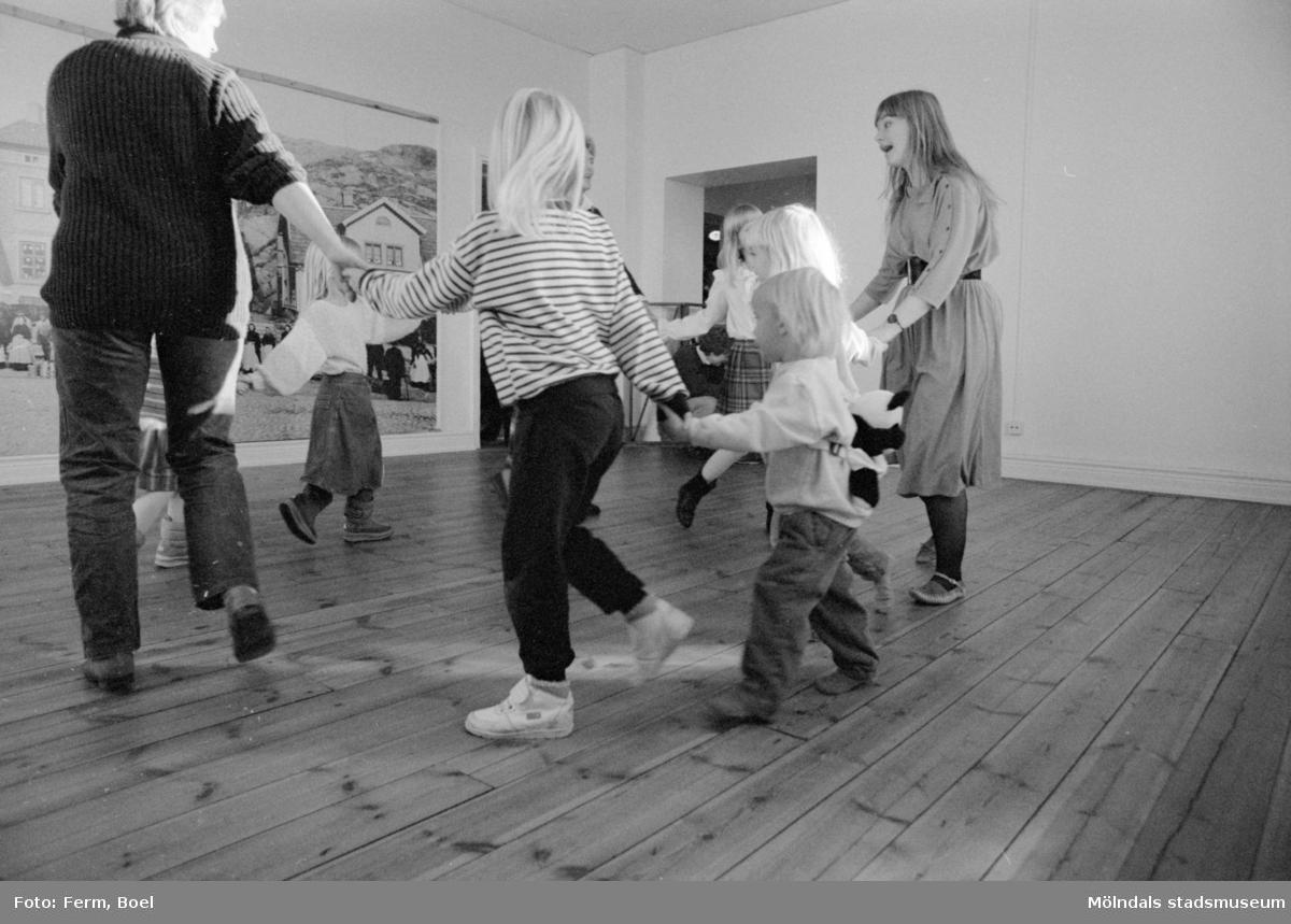 Familjesöndag på Mölndals museum den 20 november 1988 (efter 2011-01-01 Mölndals stadsmuseum). Gatuadressen ändrades 1997 till Norra Forsåkersgatan 19. Sång och danslekar med Linda Olsbjörk. Dramatisering av fattigauktion med Susanne Brånålt. Dockteater av Skånhällaskolan.