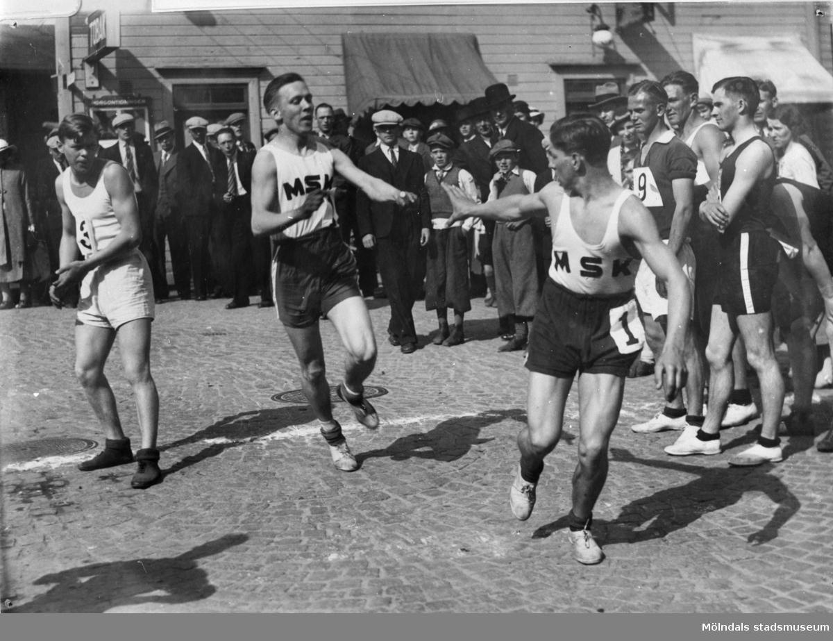 """Idrottsföreningen MSK (Mölndals sportklubb) tävlar i stafetten """"Mölndal runt"""". Forsåkersgatan i Mölndal år 1935."""