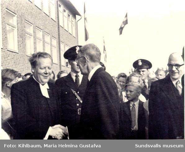 Kungabesök. Pastor Hjelmerius(?) hälsar på konung  Gustav VI Adolf