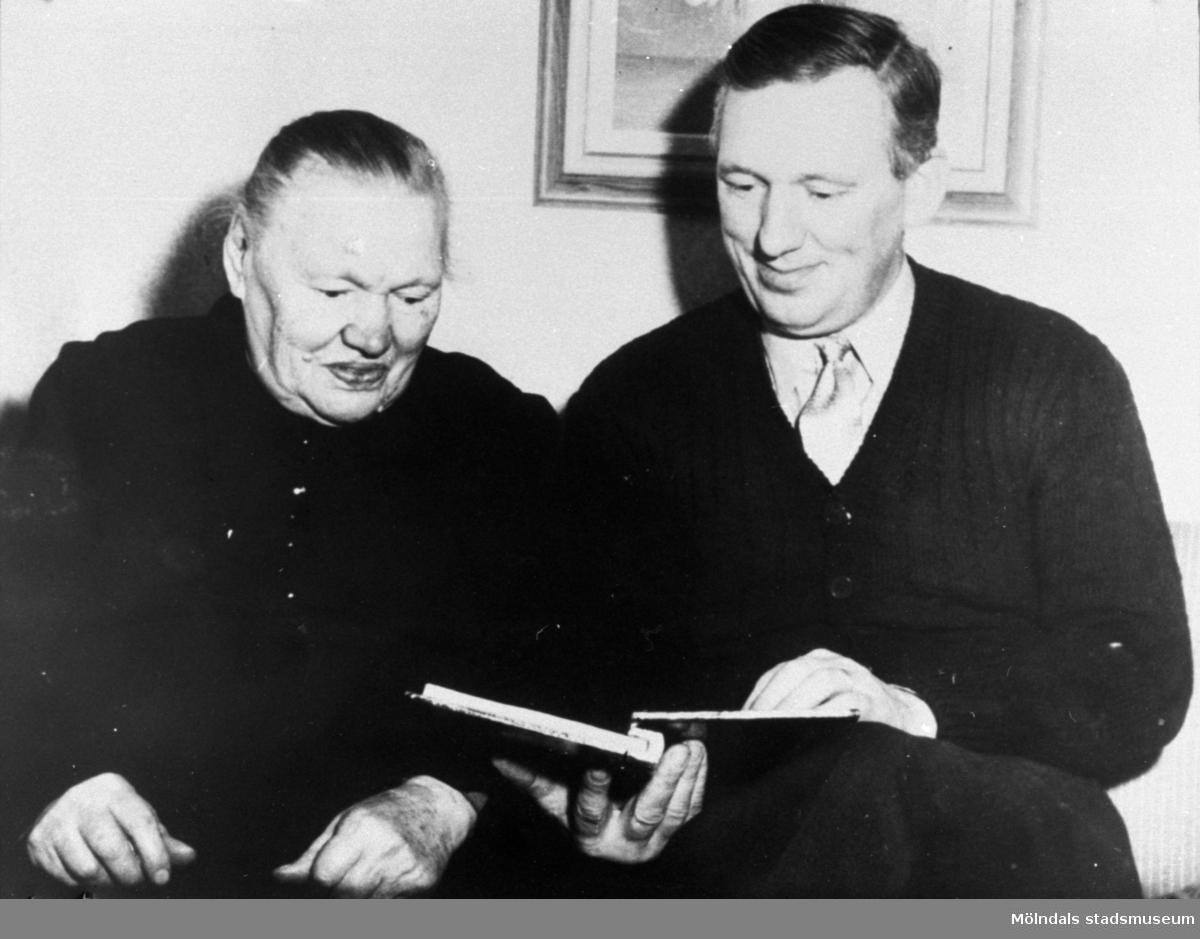 Anders Eliasson, ordförande i Pappers (pappersarbetarnas fackföreningsförbund) 63:an med sin mor år 1953.