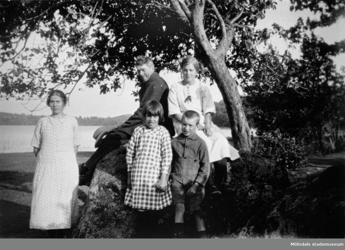 Syskonen Johan, Ruth, Eva och Carl Johan Karlsson på Stretereds skolhem. Man ser Tulebosjön i bakgrunden.  Enl. uppgiftslämnaren Sune Ivarson - Johan var efter elevtiden verksam som jordbruksarbetare på Stretered, utom en tid under 40-talet då han troligen hade tjänst på en gård i Tuve. De andra syskonen var verksamma på Stretered i trädgården, köket och vävsalen under hela livet. Johan skötte vällingklockan, som hängde i tornet på magasinet (bevarad byggnad) och ringde morgon, middag och kväll för arbetsdagen. Klockan finns i Kållereds Hembygdsförenings ägo.