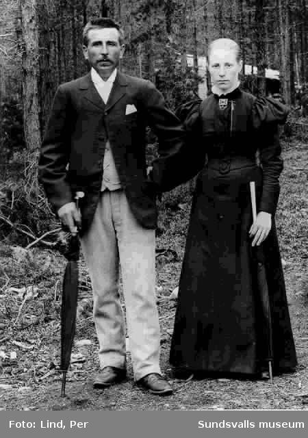 Alby 1898. Ett par med paraplyer.