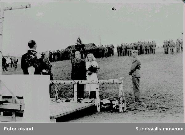 Norskt polistruppsläger, Bataljon 3. Vigsel i lägret. Vigselförättare är fältpräst Guttormsen. Det är sergeant Bergestad som gifter sig.