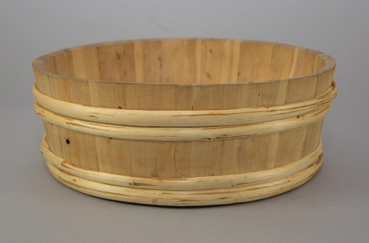 Bunke tillverkad av trä. I formen rund.