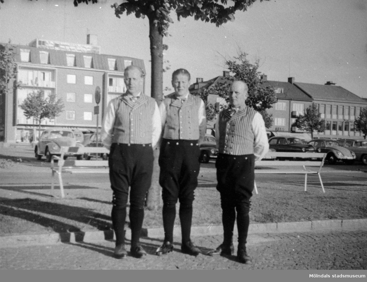 Bröderna Svensson på torget i Falkenberg. Okänt årtal.