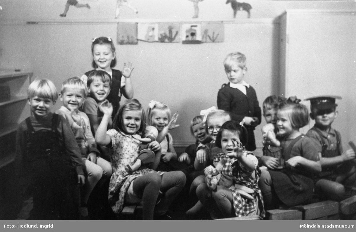 Bosgårdens barnträdgård 1938-1945. Gruppbild på barn inomhus.