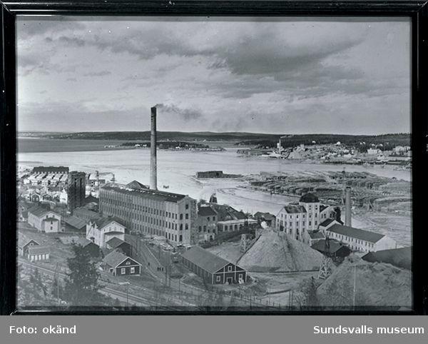 Svartviksfabriken i förgrunden, Klampenborg, Essvik och Nyhamn på andra sidan bukten och i mitten Sandslån med timmerupplag.
