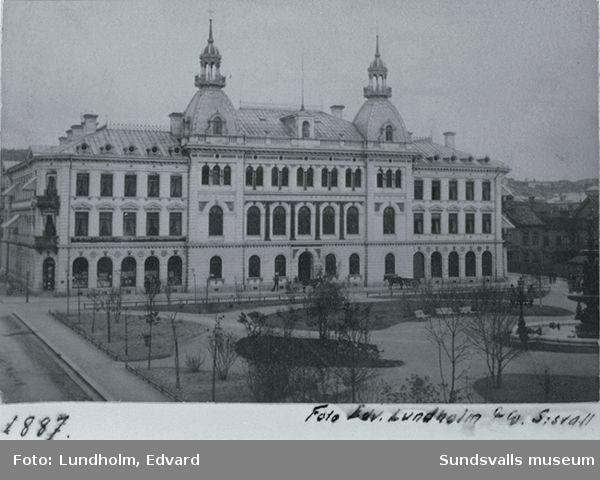 Vy med Sundsvalls Enskilda Bank (invigt 1886) och Vängåvan före branden taget från nordost.