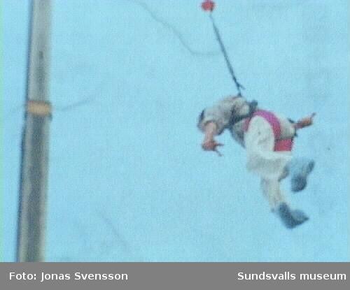 Katapulthopp så skjuts man upp från stilla stånde till 100 km/h på en sekund Lars-Göran på ca 50. meter .Bara man sitter i rullstol  så behöver inte livet sakna UTMANINGAR !!!!!!!!!!Dubbelkontroll av kvaliten på detta gummiband visada sig vara god-det höll ju två hopp och kranen på kranbilen knäcktes inte .!!!!!!!!!!!!!!!