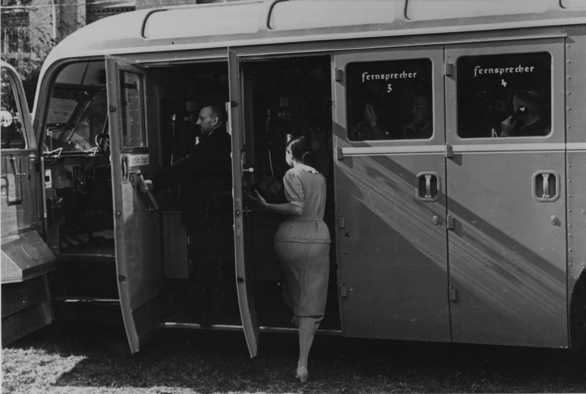 Automobilpostkontor. Banari slutet av juli 1936. Automobilpostkontoret har även telefonhytter. Tyskland