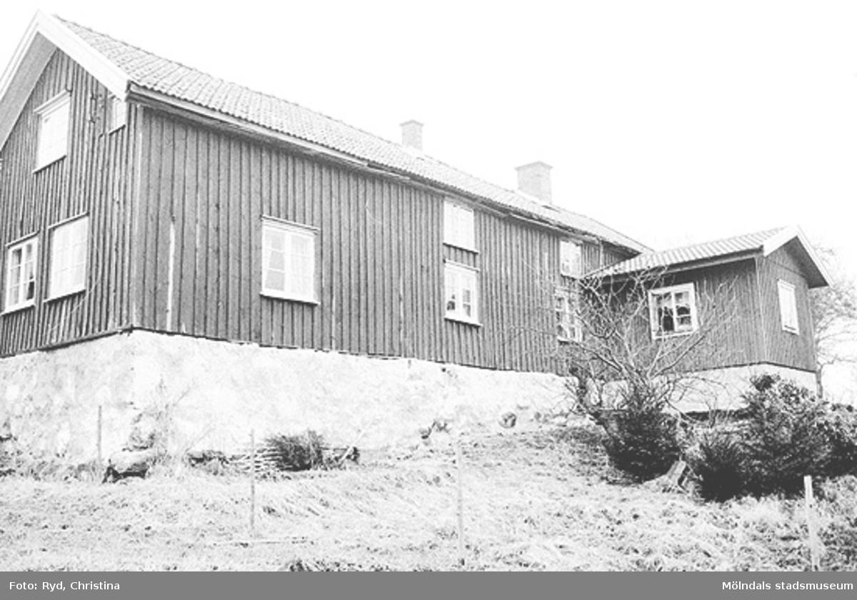 Gårdsbilder samt vägar, stenmurar och dylikt från Ranntorp 2:2, Lindome. Bilden är tagen 1991.
