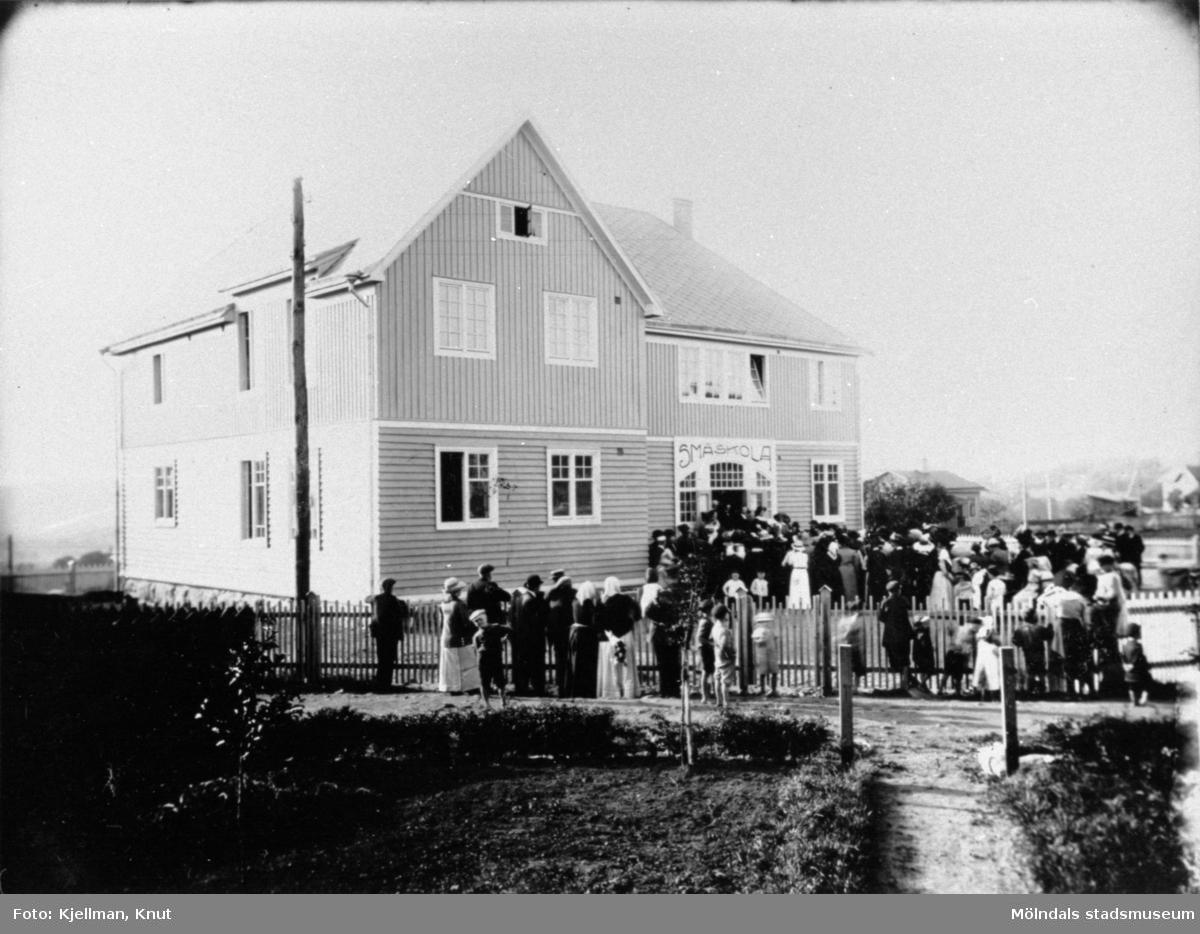 Troligen invigning av Ryetskolan (småskola) 1913. Folksamling utanför skolan.