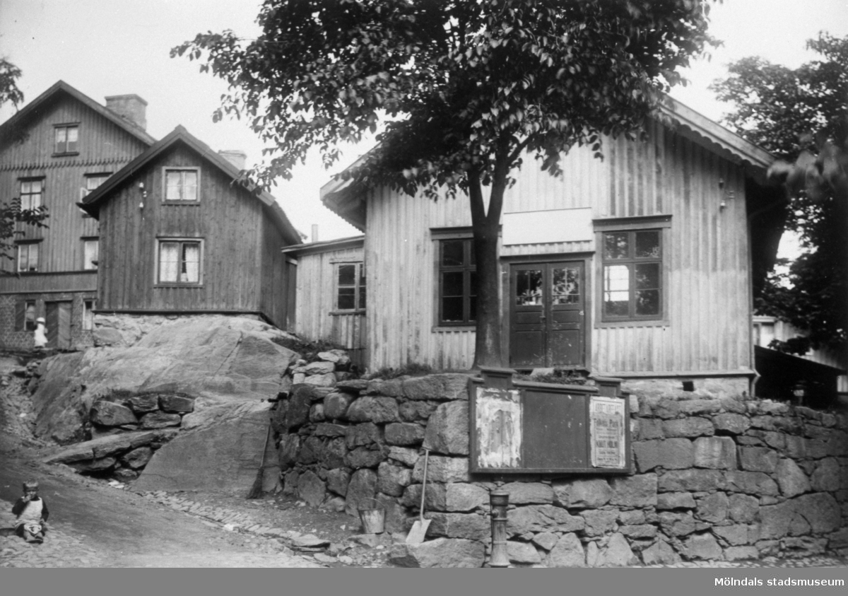 """Spanåsliden, eller den s.k """"Järnhandlarliden"""", som gick upp från Kvarnbygatan mellan Johanssons järnhandel (Kvarnbygatan 27) och Gamla Rådstugan (Kvarnbygatan 29) som syns till höger. När fotot togs 1920 var det en biograf. Liden är helt utplånad pga förändringar i området."""