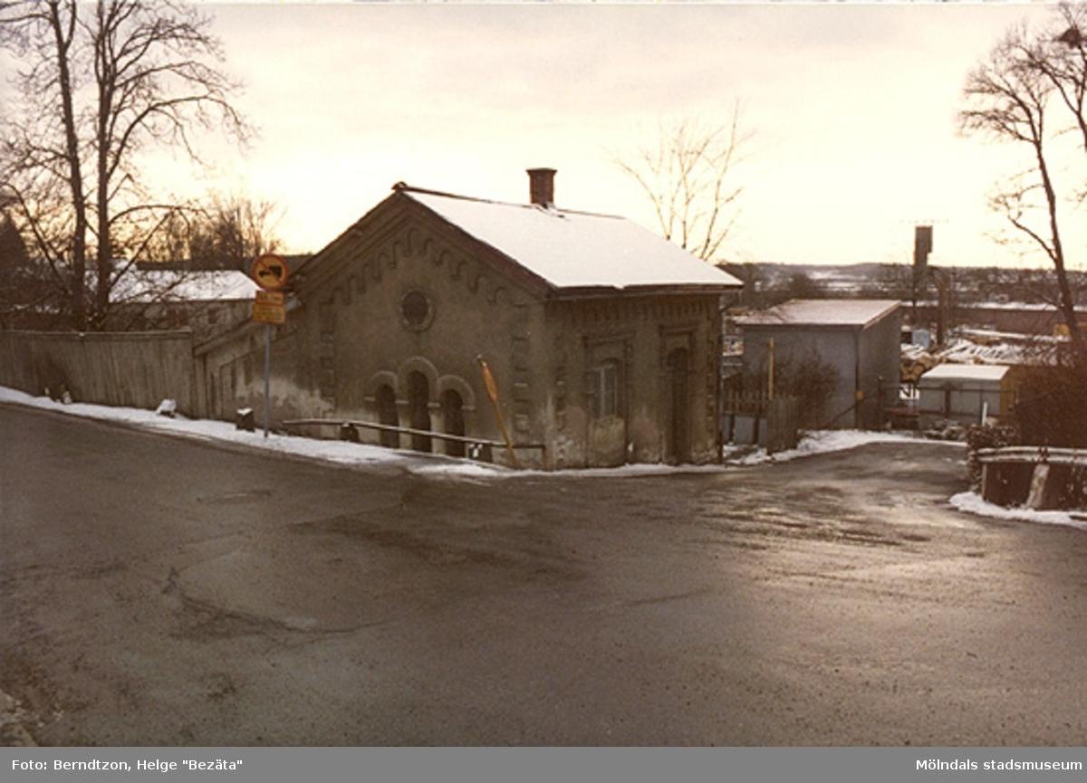 Papyrus tvättstuga vid Forsåker, 1984. Byggnaden låg på Norra Forsåkersgatan. Exakt adressuppgift saknas men byggnaden låg söder om Norra Forsåkersgatan 2E, mittemot Norra Forsåkersgatan 19 (Gamla polishuset).
