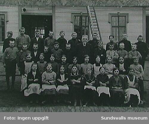 """Svartviks gamla skola. Otto Lindfors, GottfridHolmström, Gustav Sandberg."" Stämpel Gottfr. Holmström, Hemmanet,Svartvik. Utsuddad text lundberg, Svartvik."