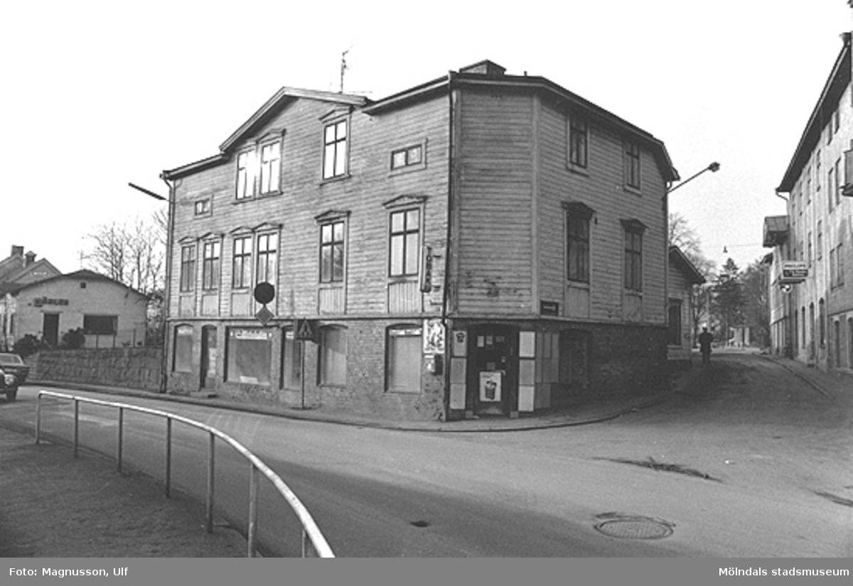Foto av huset vid hörnet Kvarnbygatan-Trädgårdsgatan 1975. Huset kallades för Eneborg och revs någon gång efter 1970. En av hyresgästerna var familjen Bjerendahl. Hugo Bjerendahl drev under många år, Bjerendahls Ur & Optik i Mölndal. I detta hus växte bågskyttelegenderna Göran och Gert Bjerendahl upp. Till vänster bakom huset fanns Mölndals Möbelaffär. Husets entreer fanns dels på motsatta gaveln, och på dess baksida. Fotot är taget  från Papyrus port.